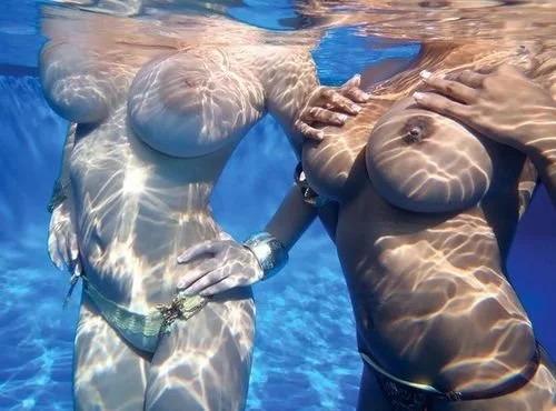 голые сиськи под водой фото